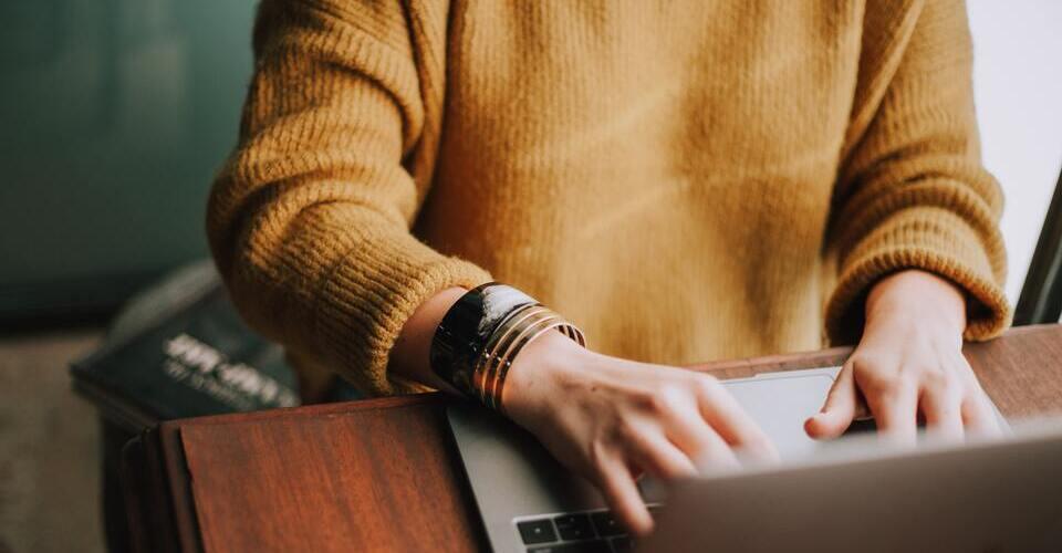 ¿Cuál es la postura corporal correcta para sentarse frente a la computadora?