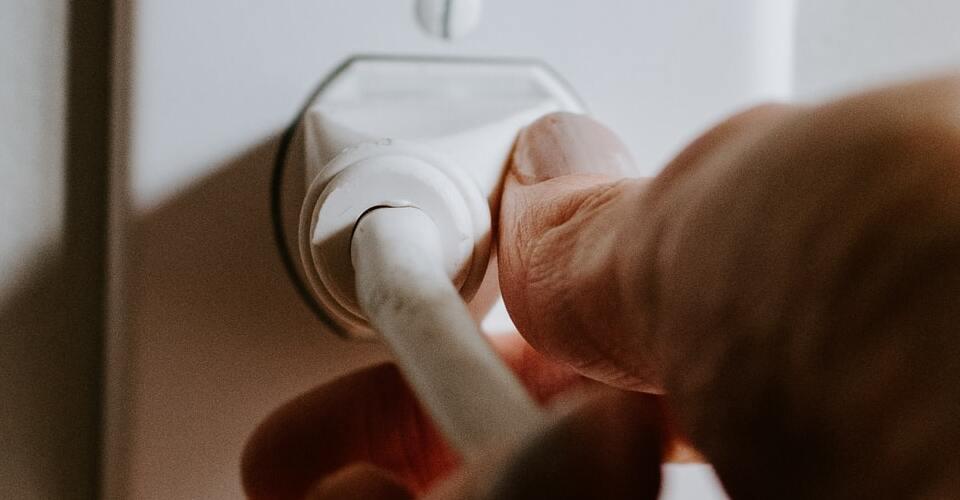 Recomendaciones para prevenir accidentes con corriente eléctrica en el hogar